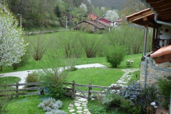 Vistas del jardín de Los Riegos y el pueblo de Belerda al fondo