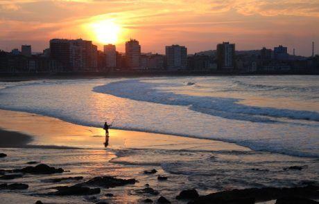 pescador en playa Gijón